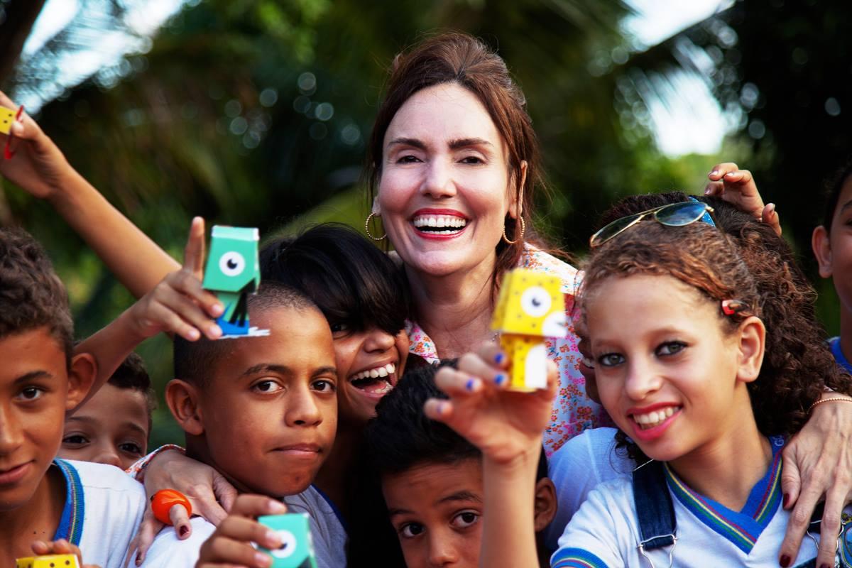 Lina Rosa e crianças da Escola Estadual Walfrido Advíncula em Tabajara